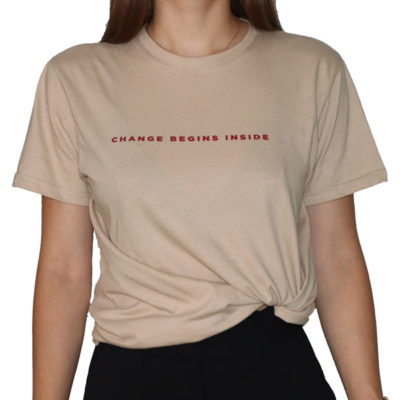 "Avant du t-shirt beige ""Change begins inside"""